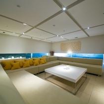 【ラウンジKOMOREBI】館内のパブリックスペースでは唯一、白を基調とした開放的なラウンジです。