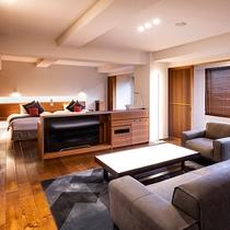 【ラグジュアリースイート和洋室】スタイリッシュなデザインのベッドルームとリビングルーム。