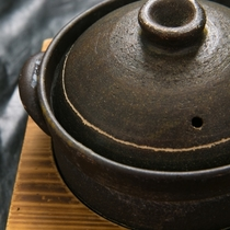 【食事】釜で炊くことで、甘味が増し、ふっくら炊き上がる。その美味しさに食が進む。
