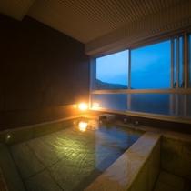【エグゼクティブスイート】お2人で入っても十分な広さの展望風呂。湯に身体を預け、じっくり疲れを癒す。