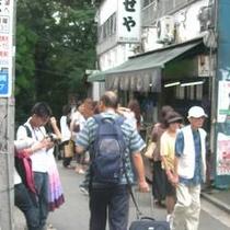 井の頭公園へ通じる七井橋通りの賑わい