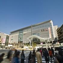 ①ご到着されましたら、博多口前の道路を挟んだ福岡センタービルへ移動