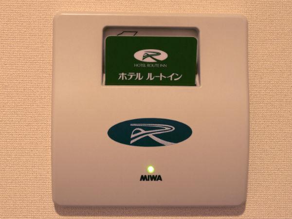 お部屋の電源は入り口付近にカードキーを差すとご利用頂けます。