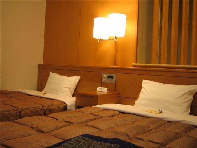 ツインルームでは120x196cmのベッドが2組ございます。