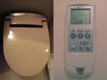 シャワートイレは壁に備え付けのリモコンをご利用下さいませ。