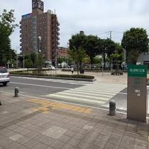 ◆ホテルへの道順④◆東口広場に出たら左方向へ進みます