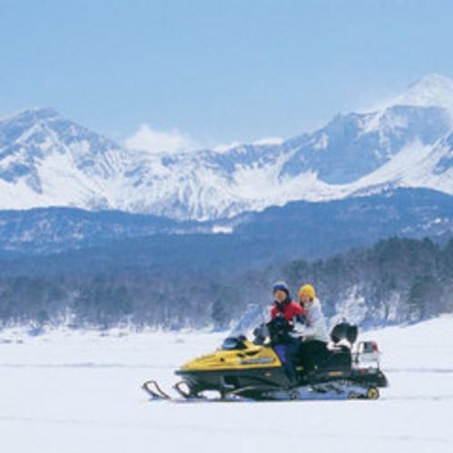 湖上でスノーモービル