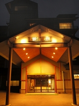 ホテル全景 夕暮れの玄関