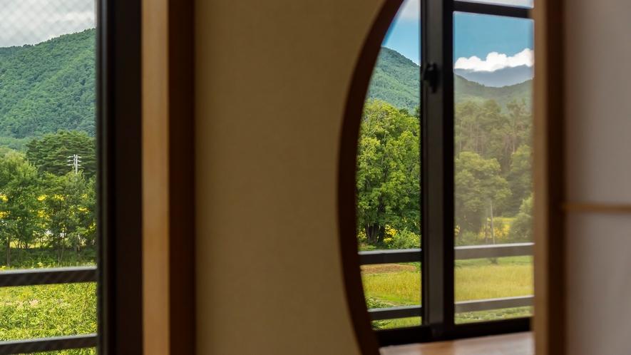 【葵館和室】窓からは四季折々の景色を眺めることができます