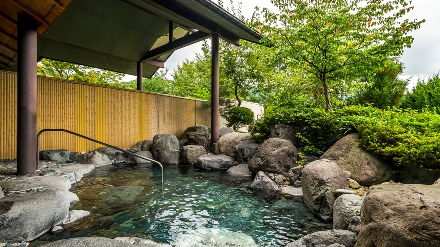 自然に包まれたさわやかな露天風呂。朝には小鳥の鳴き声もすがすがしく心地よいひととき。