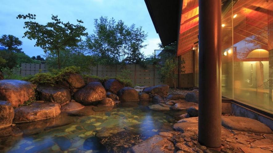 大自然に囲まれた夕暮れの露天風呂