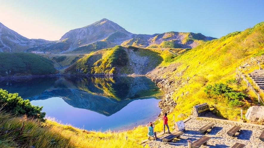 みくりが池展望台。湖に山が映し出され、ハートに見えるみくりが池。