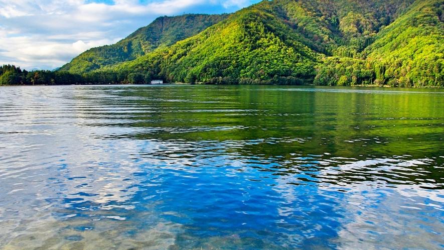 仁科三湖の一つ、木崎湖。夏にはSUPやカヌーなどウォータースポーツも盛ん!