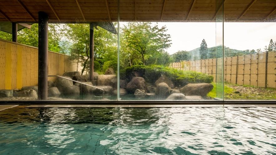 大浴場の浴槽は広々ゆったり。思い切り足を延ばしてのびのびと湯あみをお愉しみください。