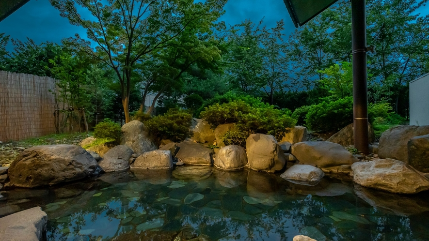 夕暮れ時の露天風呂。静かな夜の空気に包まれて。