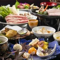 季節のお食事をたっぷりとお楽しみください。メインにはきのこ入り牛すき焼きを