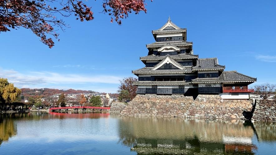 国宝「松本城」は現存する五重六階の天守としては日本最古の建造物。季節折々の景観に圧倒されます。