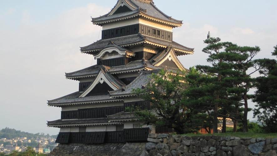 信州が誇る国宝「松本城」までは当ホテルからお車で約55分。