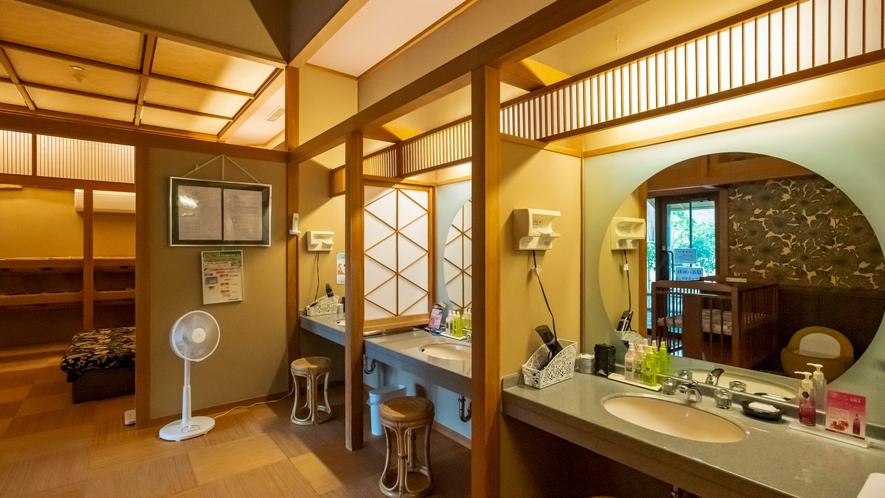 湯上り化粧室には、ドライヤー、化粧水等を置いてございます。ご宿泊のお客様はご自由にご利用頂けます。