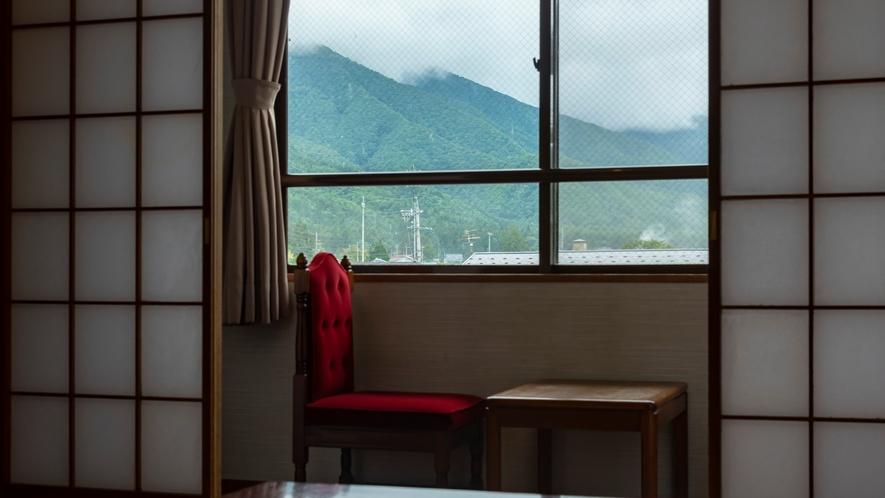 【梓館和室】遠くに山並みを望む梓館基本和室(お部屋により眺望が異なります)