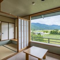 【葵館和室】窓からは四季折々の景色を眺め、非日常のお時間をお楽しみ頂くことができます。