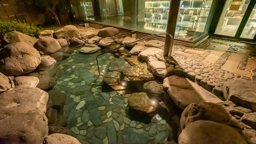 露天風呂。静かな夜の空気に包まれて。