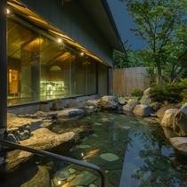 昼間の疲れを癒してくれる夕暮れの露天風呂。