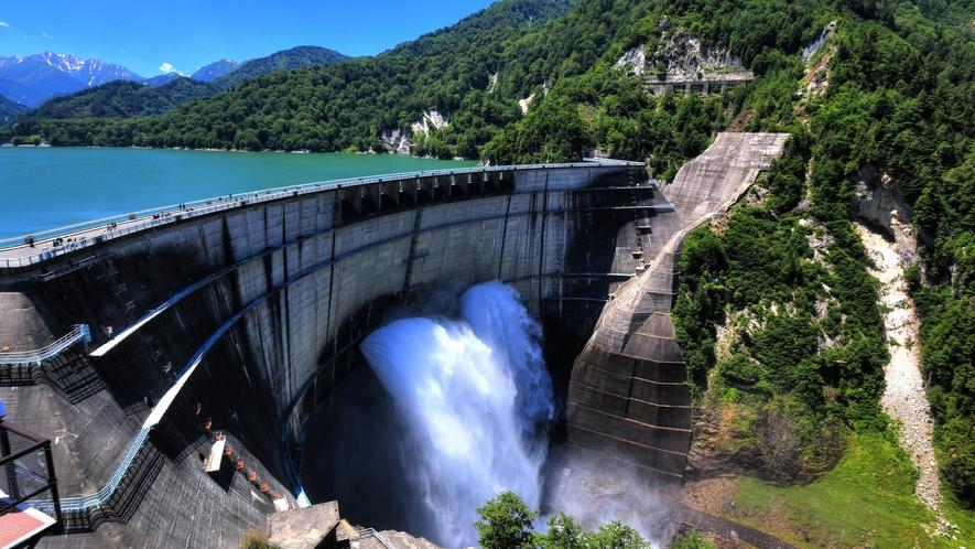 黒部ダムの迫力の放観光水!運が良ければ、豊水にかかる虹を見れるかも。
