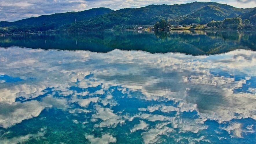 インスタ映え必至♪青空と湖面に映る真っ白の雲!青木湖の景色