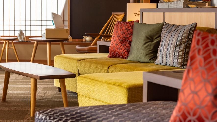 おしゃれなラウンジのソファ。新聞や雑誌、本などもこちらでお愉しみ頂けます。