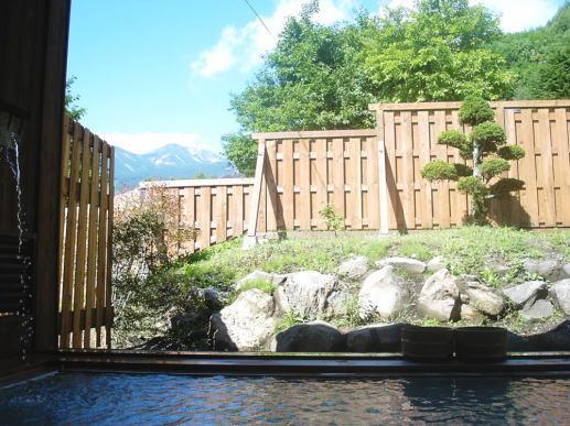 晴天の露天風呂 「琢磨の湯」 静けさの中に湯音だけが鳴り響く