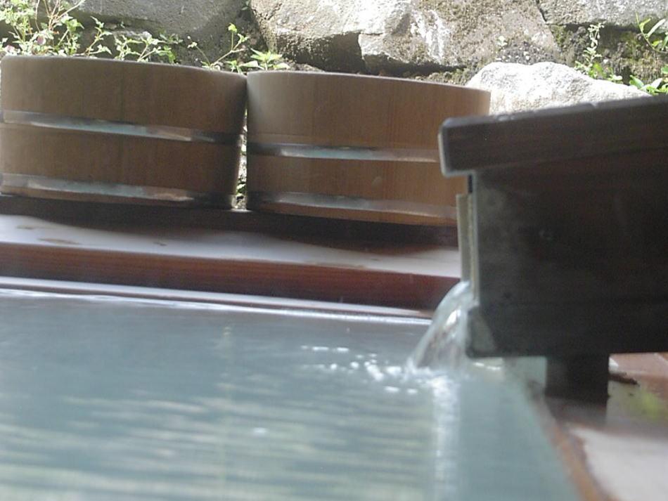 静かに流れ 乳白色の湯は慌しい日々を癒してくれる