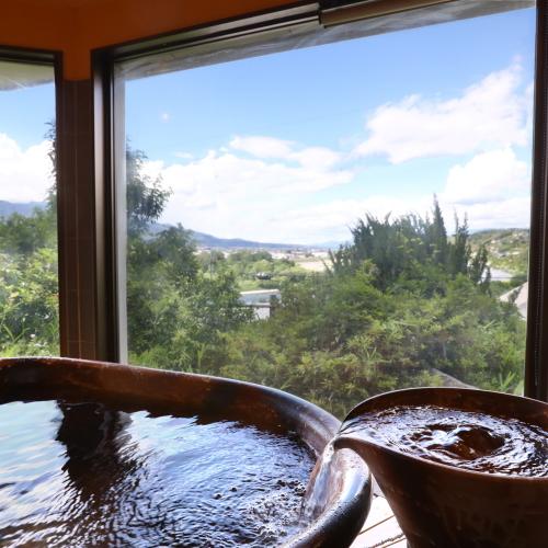 貸切風呂「紅葉」 広い窓♪開放感を味わえます。ファミリーみんなでご入浴いただけます。
