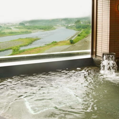 男性大浴場・・・天竜川の雄大な景色を眺めながらごゆっくりどうぞ