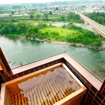 広いガラス窓の展望風呂(露天風呂ではありません)…天竜川の眺望を独り占め