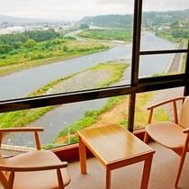 大きなガラス窓から眺める天竜川の雄大な景色