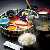 【朝食】信州味噌のお味噌汁と炊きたてごはんで朝から元気に。