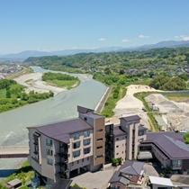 【外観】天竜川の雄大な流れを眼下に、絶景が広がる。