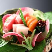 【特別会席〈板長コース〉一例】お造り 鮪とろ、信州サーモンと季節の海鮮