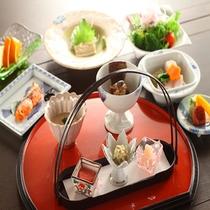 個室朝食の和食セット。新鮮なお野菜や焼き魚などボリューム満点♪