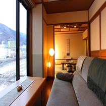 大きな窓からは湯田中の景色をお楽しみいただけます。優しい照明に心和みますね(^ ^)