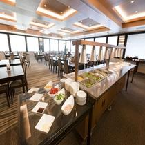 朝食バイキング会場!開放感溢れる会場には、和洋合わせて40種類ほどが並んでおります!