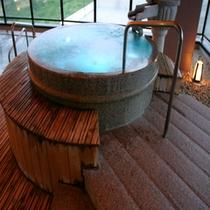 「夢見の湯」露天風呂の七色風呂。時間と共に移り行く色は幻想的☆彡