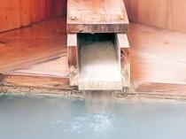 檜風呂。間欠泉で湯が出たり