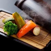【宿イチオシ料理】地元旬野菜の温泉蒸し