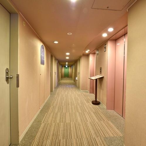 【客室廊下】清潔な館内環境を心掛けております。