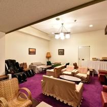 【湯上りラウンジ】TV、ソファーがありお寛ぎ頂けるスペースです。
