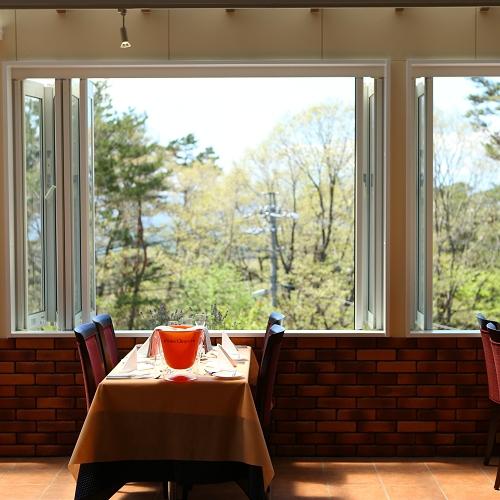 軽井沢の森を眺めながらゆっくりお食事を
