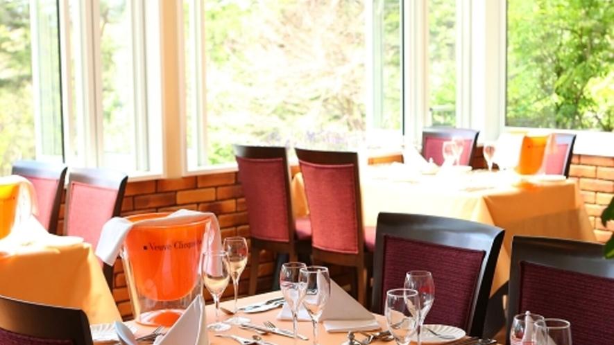 やさしい太陽の光が差し込む開放的なレストラン