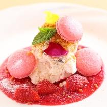 【スタンダードプラン】ある日のデザート マカロンと苺ソースが良く合います